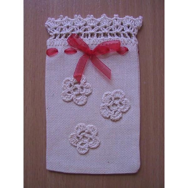 Подаръчна  торбичка  с  три  наплетени цветенца