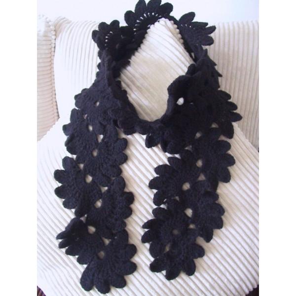 Плетен черен шал листа